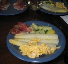 Spargel mit Kartoffeln, Rührei, Schinken und zerlassener Butter